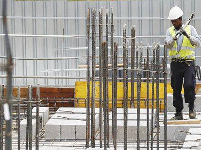 Un trabajador inmigrante en una obra en Madrid.