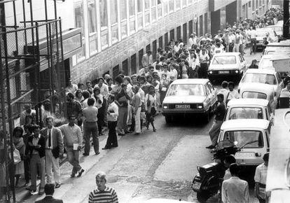 Colas de inmigrantes para regularizar su situación en la comisaría de Extranjería en 1985.