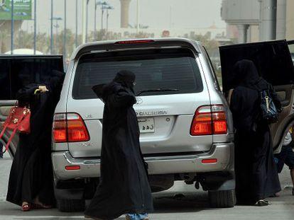 Mujeres saudíes bajan de un coche durante una jornada de protesta en 2011.
