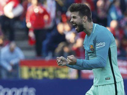 Piqué celebra uno de los goles del Barça en el Calderón.