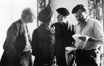 De izquierda a derecha Dos Passos, Joris Ivens, de espaldas y Ernest Hemingway durante el rodaje del documental. 'Tierra de España'.