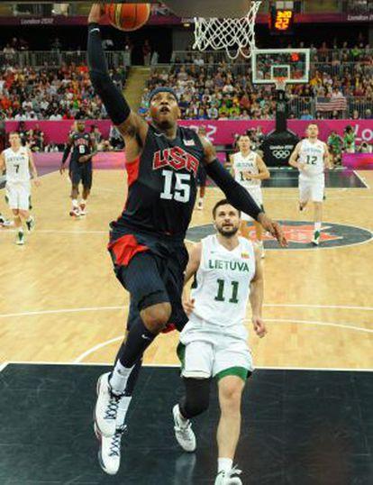 Carmelo Anthony se dirige a la canasta en el partido contra Lituania.
