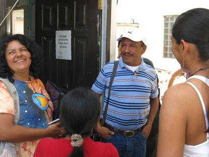 Berta Cáceres, a la izquierda, junto a Pedro Canales de la ADEPZA, Asociación para el Desarrollo de la Península de Zacate Grande.