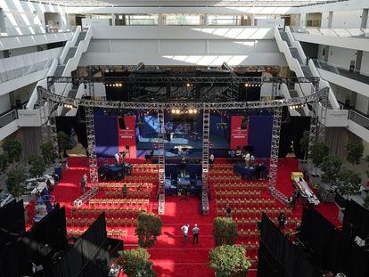 Preparativos en el escenario del primer debate presidencial, en Cleveland, Ohio, este lunes.