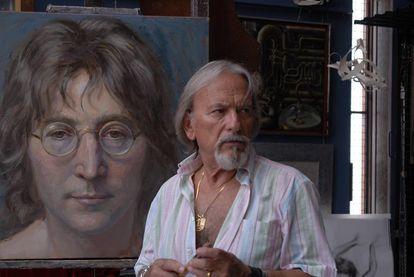 Álex Alemany, junto a una de sus obras, en una imagen de su web.