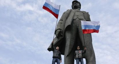 Simpatizantes prorusos junto a una estatua de Lenin en Donetsk.