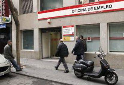 Fachada de una oficina de Empleo situada en la calle General Pardiñas de Madrid. EFE/Archivo