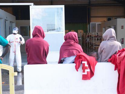 Llegada de 39 personas rescatadas de una patera a Fuerteventura el pasado domingo.