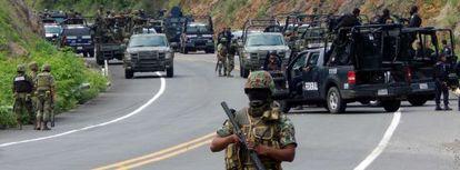 Policías y soldados mexicanos el martes en Arteaga (Michoacán).