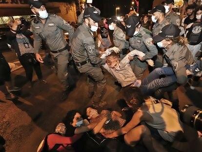 La Policía de Fronteras desaloja por la fuerza a manifestantes en las inmediaciones de la residencia oficial del primer ministro en Jerusalén.
