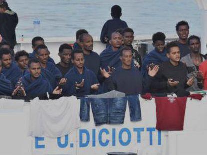 El ministro del Interior, Matteo Salvini, autoriza tras las críticas que 29 menores desciendan del navío