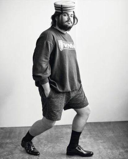 El actor viste sudadera y pantalones cortos Champion, gorro Palomo Spain, zapatos De Fursac y calcetines Falke.