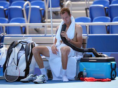 Medvedev se refresca con toallas heladas y aire acondicionado durante su partido contra Bublik.
