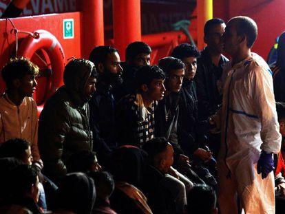 Grupo de inmigrantes rescatados ayer por Salvamento Marítimo en el Estrecho cuando se dirigían a la costa gaditana.