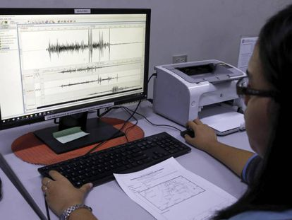 Una trabajadora del Instituto Filipino de Vulcanología y Sismología observa una gráfica del terremoto.