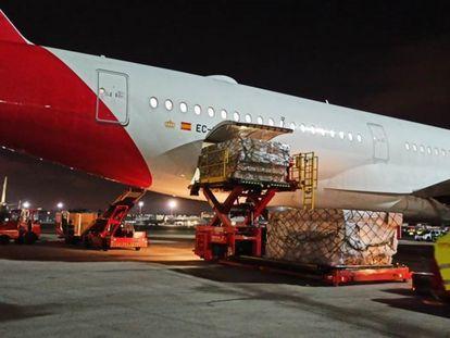 Descarga de un avión de Iberia con material sanitario.