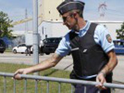 Un asaltante penetra en una empresa con una bandera islamista tras depositar el cadáver degollado de una persona en la puerta