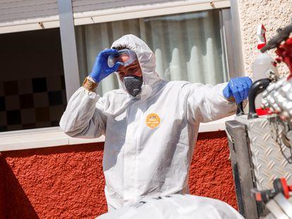 Un miembro de la Unidad Militar de Emergencias (UME) tras desinfectar una residencia de Getafe.