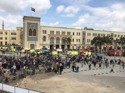 Una multitud se agolpa a las puertas de la estación de tren central en El Cairo.