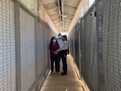La trabajadora humanitaria española Juana Ruiz Sánchez es trasladada esposada de pies y manos para asistir a su juicio, este martes en el tribunal militar israelí de Ofer (Cisjordania).