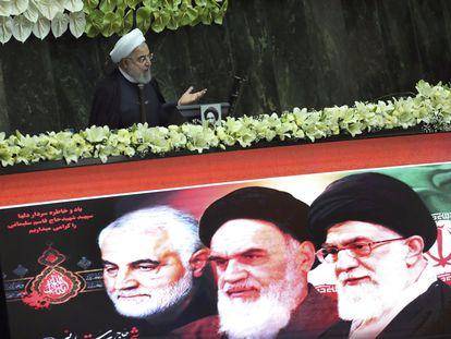 Rohaní, durante su discurso en la ceremonia de inauguración en el Parlamento este miércoles. En la pantalla, de derecha a izquierda, los rostros de Jamenei, Jomeiní, y Soleimani.