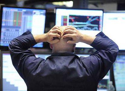 Un <i>broker</i> observa ayer el desplome de las cotizaciones en la Bolsa de Nueva York.