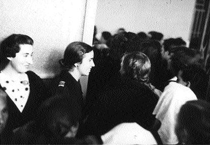 La directora de la prisión de Ventas aparece en el centro de la imagen, con moño.