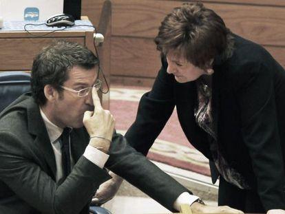 Feijóo, con la conselleira de Sanidade, Rocío Mosquera, en el Parlamento en febrero pasado.