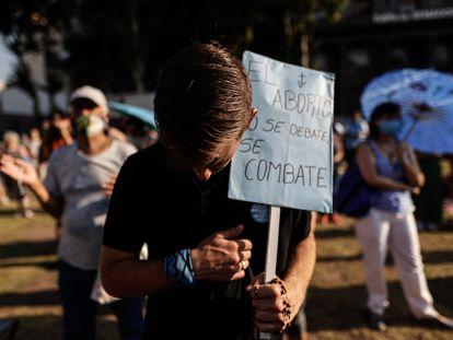 Un manifestante en contra de despenalización del aborto en Argentina, este martes en Buenos Aires.