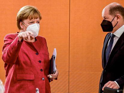 La canciller alemana Angela Merkel y el ministro de Finanzas, Olaf Scholz, este miércoles antes de la reunión del gabinete.