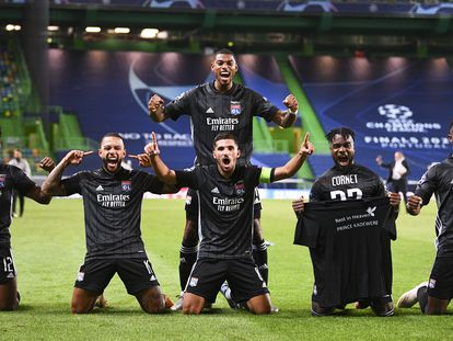 Los jugadores del Olympique de Lyon celebran su pase a semifinales de la Champions tras eliminar al Manchester City.
