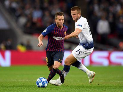 Arthur controla el balón ante Dier en Wembley.