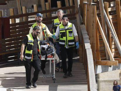 Agentes retiran el cadáver de uno de los tres árabes israelíes del escenario del ataque este viernes en Jerusalén. ABIR SULTAN EFE EPV/ATLAS
