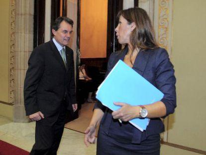 Artur Mas conversa con la portavoz del PP en el Parlamento catalán, Alicia Sánchez-Camacho.