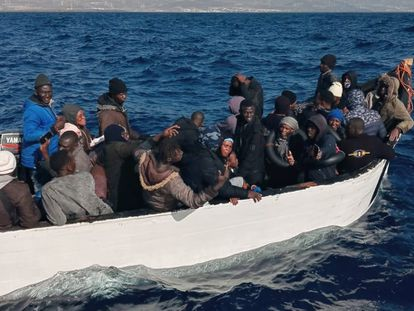Patera hallada por el pescador Juan Manuel Cabrera tras cuyo vuelco han fallecido tres ocupantes.
