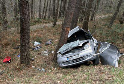 Imagen del vehículo que ha colisionado hoy contra un árbol al salirse de la carretera BI-3732.