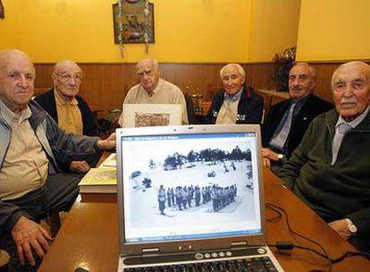 Desde la  izquierda: Enrique Manso <i>El Muerto</i>, Antonio Sánchez, Adolfo Ruiz, Pedro Macías <i>Piter</i>, Cristóbal Hidalgo y José Iturzaeta, en su reunión de todas las semanas.