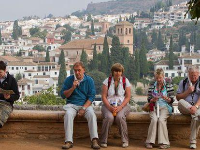 Turistas en la Alhambra con el Albaicín al fondo.