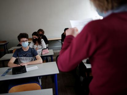 Un grupo de estudiantes atiende en una clase en un colegio en París.