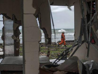 Personal de rescate busca desaparecidos tras el tsunami en la localidad de Carita (Indonesia).