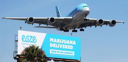 Un avión sobrevuela un anuncio de un servicio de entrega de marihuana en Los Ángeles.