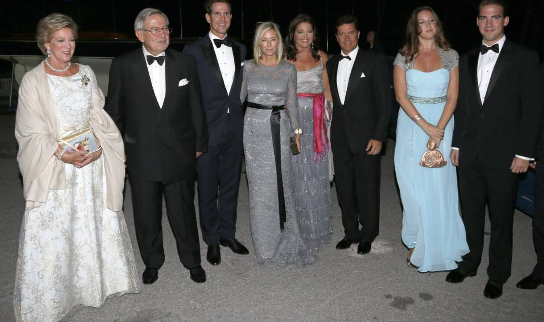 Ana María y Constantino de Grecia, con sus hijo Pablo, Alexia, Teodora y Felipe y Maria Chantal Miller y Carlos Morales.