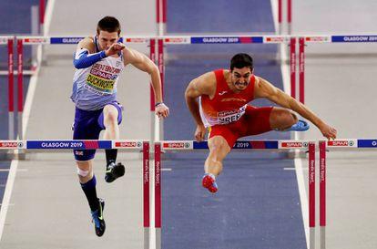 Ureña, a la derecha, durante los 60m vallas.