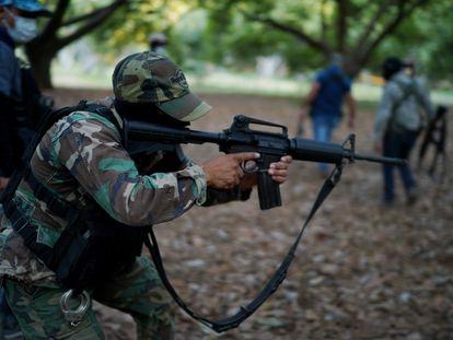 Grupos autodefensas del municipio de Coalcomán, en Michoacán, han incrementado su vigilancia ante los ataques del Cártel Jalisco Nueva Generación.