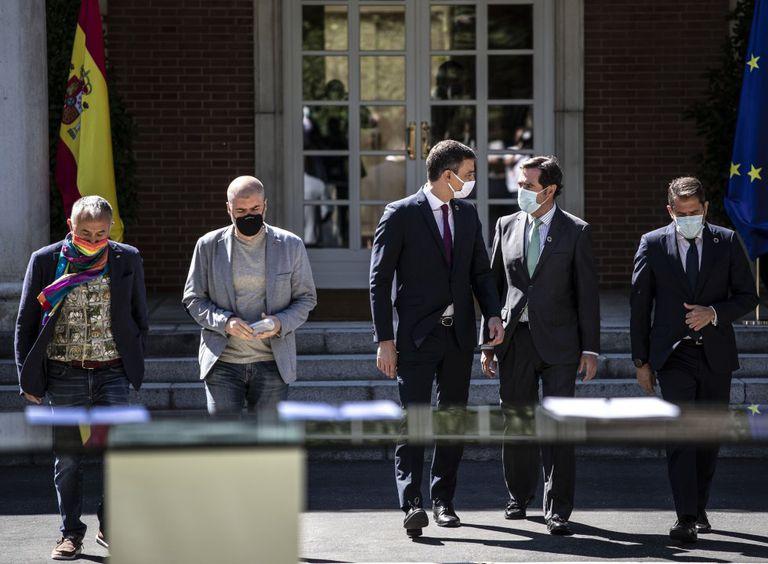 Desde la izquierda: Pepe Álvarez (UGT), Unai Sordo (CC OO), Pedro Sánchez, Antonio Garamendi (CEOE) y Gerardo Cuerva (Cepyme), en La Moncloa.