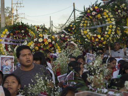 Cientos de personas con coronas de flores acuden al entierro del activista mexicano Samir Flores.