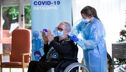 Josefa Pérez aplaude al ser la primera persona vacunada contra la covid-19 en Cataluña.