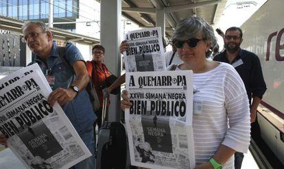 Ana González, consejera de Cultura del Principado de Astruias, y Ángel de la Calle, de la Semana Negra de Gijón, con el priemr ejemplar de 'A Quemarropa', el periódico oficial del festival.