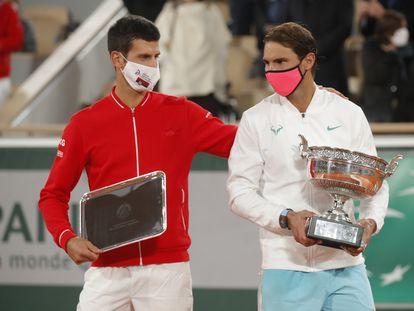 Djokovic y Nadal, durante la ceremonia final en la Chatrier.