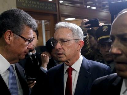 El expresidente de Colombia sale de la Corte Suprema de Colombia el 8 de octubre de 2019.